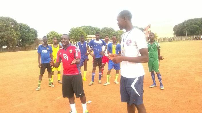 Fiffi Hanson Parker (en rouge à gauche) évoque les modèles Chelsea et Manchester City avec les encadreurs béninois