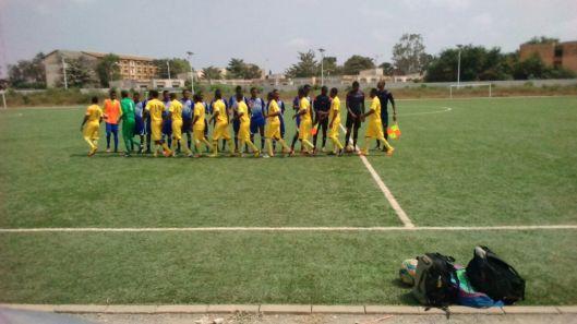 Les deux équipes Alodo Sports en Bleu et Divinité Suprême en Jaune se saluent avant le match